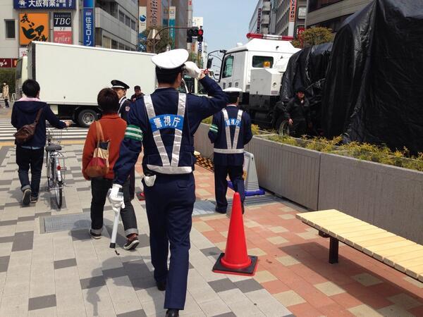 本物の警察とイングラムが一緒で現実とフィクションの境界が曖昧 http://t.co/8KcmNkM2F5