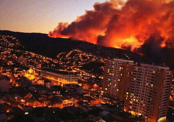 このごろチリは災害続き。 地震に続き、僕の街バルパライソは大型火事で100軒以上が焼かれてしまいました。2時間前の写真です。数千人が避難。幸い死者はいない。火も弱まったようです。うちから意外と近い。バルパ友達が支援が必要か確認中。 http://t.co/5Xy5QZ0Y0l