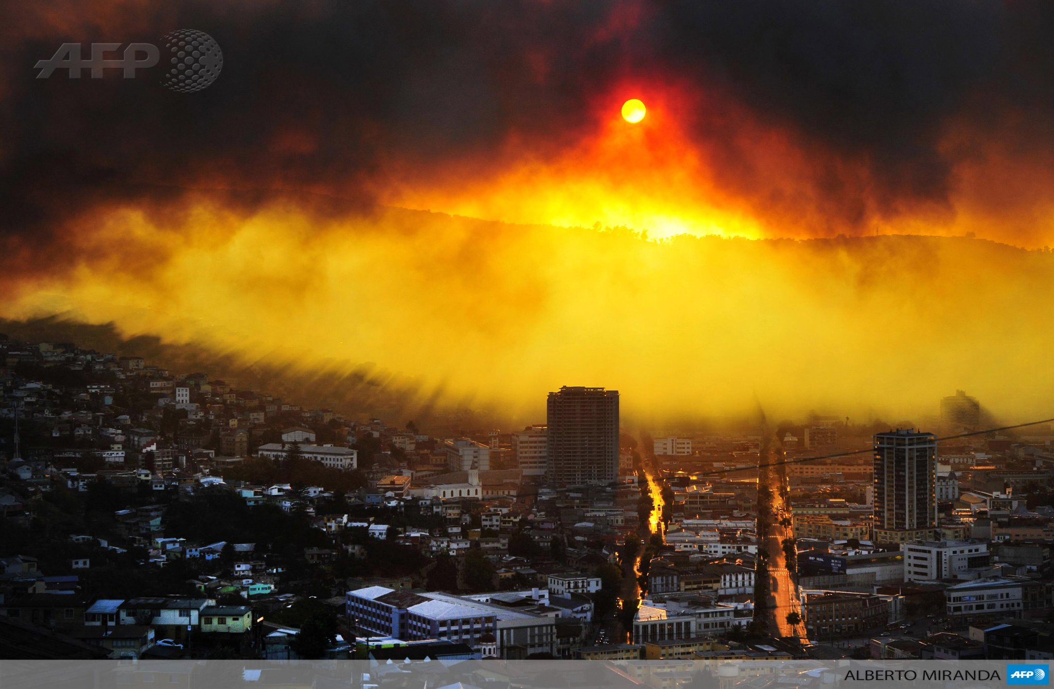 #PHOTO: a fire in the Chilean city of Valparaiso has destroyed 500 homes and forced the evacuation of 3,000 people http://t.co/DAOfhX8IwH