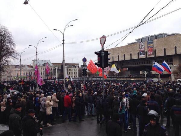 В Харькове сторонники федерализации требуют создания «Юго-восточной автономии» (ФОТО @myrevolutionrus) #новости http://t.co/cqjRUWrEu6