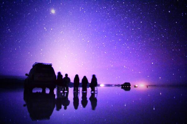 紫色に光る空