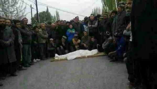 ウイグルのケリピン県でバイクで赤信号を無視した為警察に射殺された17才のウイグル少年の遺体を掲げて県庁前にデモを行っていたウイグル民衆。 中共警察はこのように好き放題にウイグル人を殺すことが出来ます。 http://t.co/o0fkC3hgvR