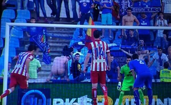 Wonder why Diego Costa missed the penalty? #Distraction   Porque falló el penalti Diego Costa? #Distracción http://t.co/P48MATCXCX