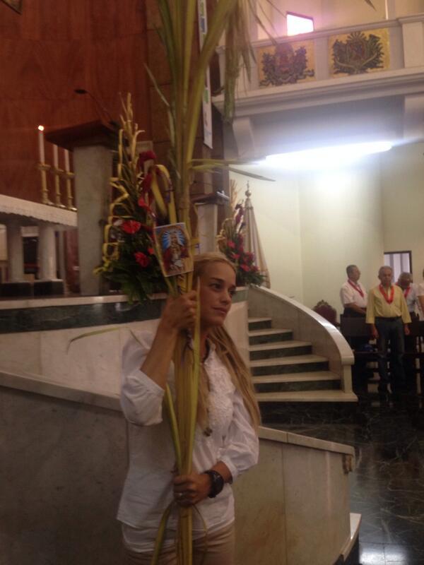 Lilian Tintori con su palma avileña, en la basílica de San Pedro, en Los Chaguaramos, para misa de Ramos. Fuerza y fe http://t.co/JKgAdTyJCD