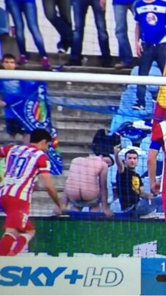 BlHzz5pIMAAWjAW It worked! Getafe fans hilarious ploy to put off Atleticos Diego Costa for his penalty [Pic & video]