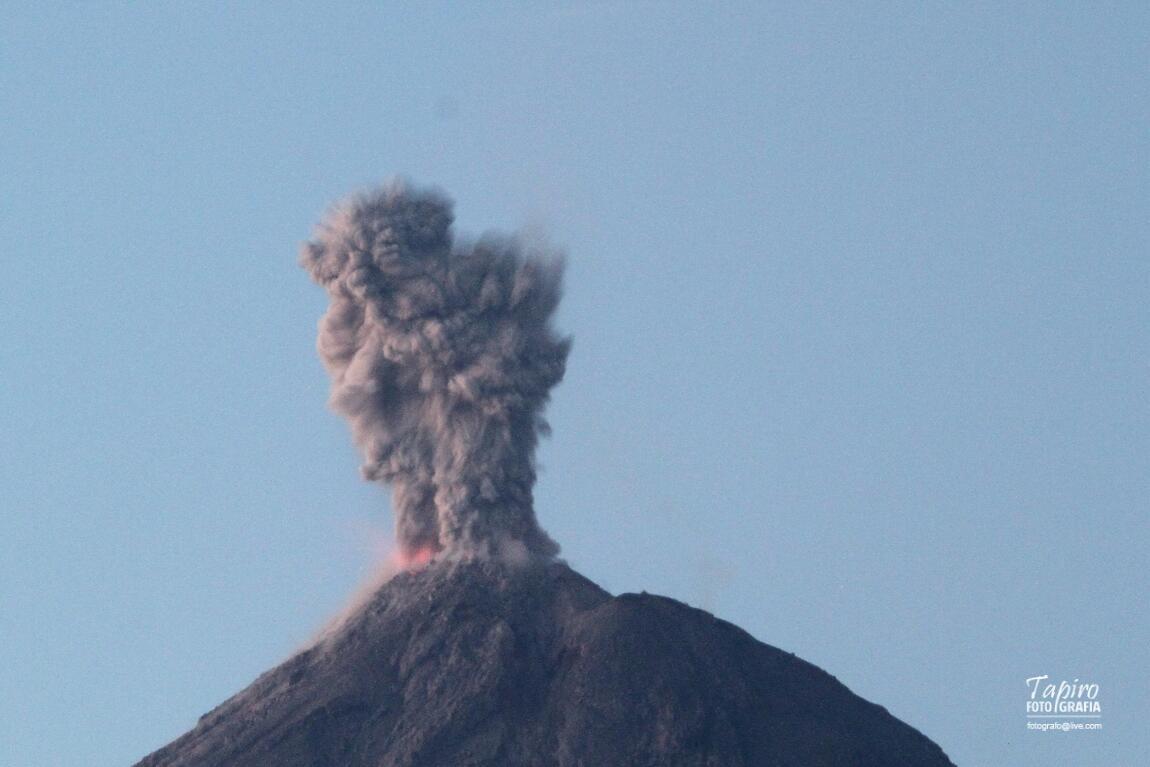 Vía  @tapirofoto: El Volcán de #Colima ayer si les gusta identificar rasgos humanos en la actividad volcánica. http://t.co/y7cmVaFFF9