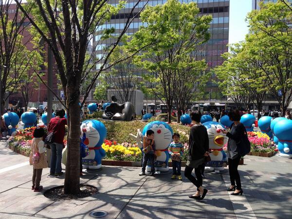 博多駅前広場にドラえもんがいっぱいいた。 http://t.co/R6nvemgbn5
