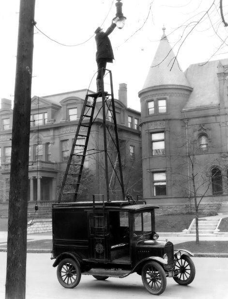 U.S. changing street lamps, 1910s http://t.co/9MFl0u1Rol