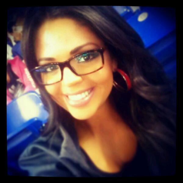 Carla Aranguren (@carladeportes): Disfrutando una noche en el #Marlins Park y tu? Mándame tu #selfie deportiva para un RT. Muak! @LosMarlins @Marlins http://t.co/zUDbVxoBHB