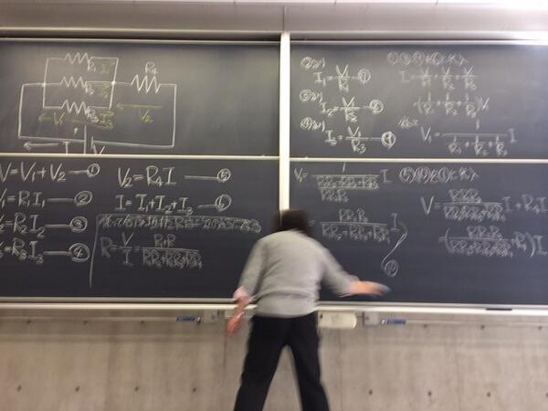 この教授、黒板フル活用しててとても良い http://t.co/F6VtQRvrnf