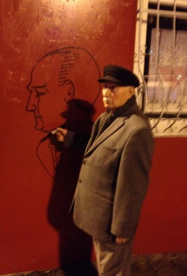 Oldest #graffiti artist (77) working late tonight; paints #Atatürk on every wall that's available #Istanbul Kadıköy http://t.co/9PZRUdjPdG