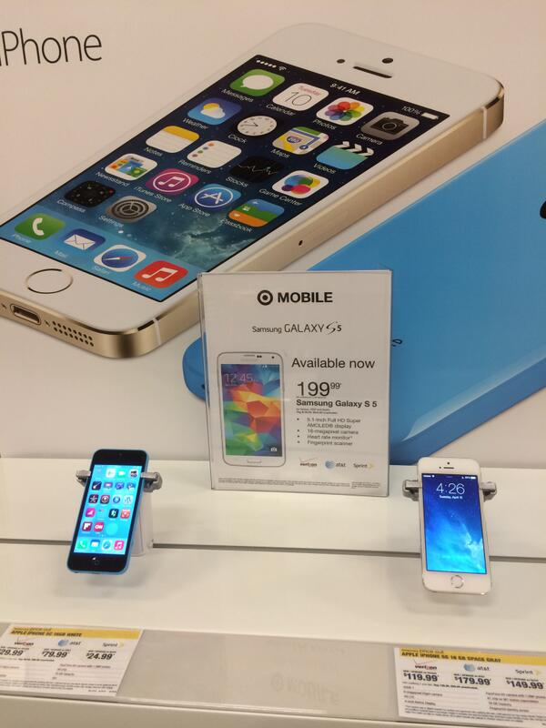 Not sure Apple would be too happy about this iPhone display. http://t.co/3IxD8C5McL