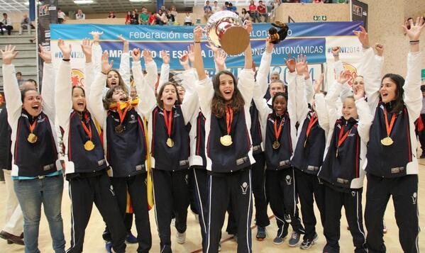FCBQ (@FCBQ): L'Ari aixecant el trofeu de #CatalunyaBQ Mini Femenina com a CAMPIONES del #Mini2014 Enhorabona noies! http://t.co/DEAu273We3