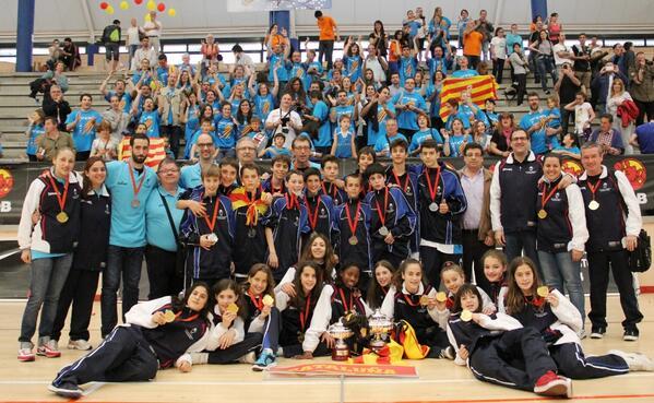 FCBQ (@FCBQ): FOTO de família de #CatalunyaBQ al #Mini2014 Felicitats a jugadors, tècnics, clubs, famílies i tot el #BàsquetCatalà http://t.co/mXTT8JVr9h