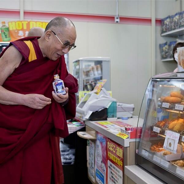 【お知らせ】 ダライ・ラマ14世が、コンビニで紅茶花伝を買う写真が話題に http://t.co/gCk7rtjrmp http://t.co/8WBTaHDBit
