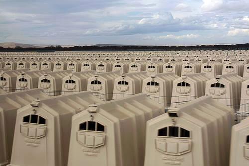 オレゴンです。 生まれて一週間の子牛をこの中に入れて6週間後に出荷するそうです。 墓地より怖い。場所でした。 モツァレラ(水牛の乳)チーズを作る為に、出産した母牛は、仔牛とは直ぐに引き離され搾乳されます。 http://t.co/ANEL5AH2w9