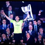 Iker Casillas ergue a taça! O Real Madrid é o campeão da Copa do Rei 2013/14! http://t.co/U0ZT30DFOr