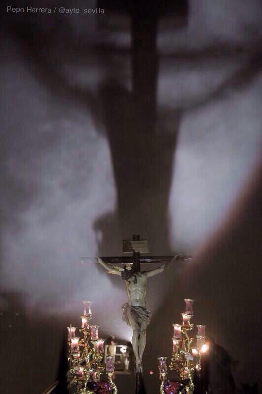 Impresionante la imagen de San Bernardo en #Sevilla que captura @pepoherrera #SSantaSevilla14 http://t.co/emCFsTRkyb