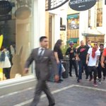 So my friend is at the grove and she happened to be passing justin bieber???? http://t.co/McHxqq9Hle
