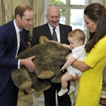 Prince George meets a stuffed wombat! Check out our updated gallery of adorable George: http://t.co/ygnsGSe518 http://t.co/Wya7pXDhDp