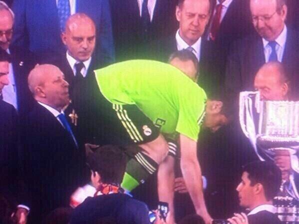 Lo mejor del clásico ha sido esta imagen... Gracias Iker... http://t.co/Em5NPlWDpL