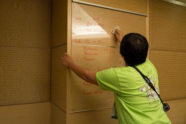 #janog ホワイトボード代わりに使った場所をきれいにしてる姿。私もお手伝いしましたw http://t.co/gKb2IEY2hR