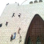 Just some people climbing Mazar-e-Quaid. #Karachi #Pakistan #DardUthtaHai http://t.co/6qB2vnTsR2
