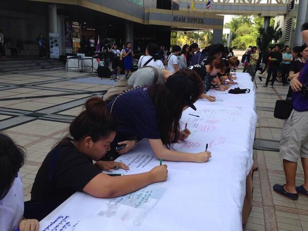 MT @Park_NOW26: At Siam Discovery, Thais flock 2 write supporting msgs 2 S.Korea on ferry incident #PrayForSouthKorea http://t.co/uvNsHIjpFj