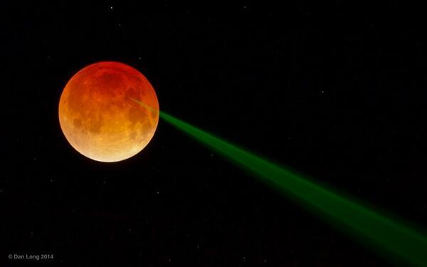 こんな映像が実験当時(70年代)からあったらもっと宇宙ファンも増え、月着陸懐疑派なども現れなかっただろうに… http://t.co/ZRg5aTVMLc apod  アポロ15号設置の月面鏡面板に反射している地上からの緑レーザー http://t.co/h6Uip60mKU