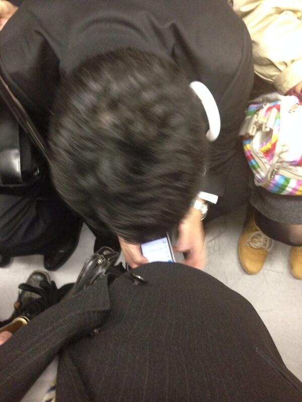 電車で立っているのだが前に座ってる男が前傾姿勢になって携帯いじり出してなんだか僕の股間が危ういのですけど http://t.co/78nfhxuGRg
