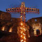 La Via Crucis di Francesco Foto Folla al Colosseo Diretta video http://t.co/9LBEzsWBXS http://t.co/urOKlGcbpt