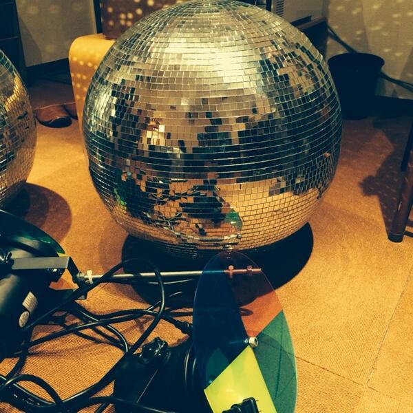 どなたか直径60cmくらいのミラーボール入りませんか?照らすライトも付属してます。 http://t.co/1IpjbHCGJw