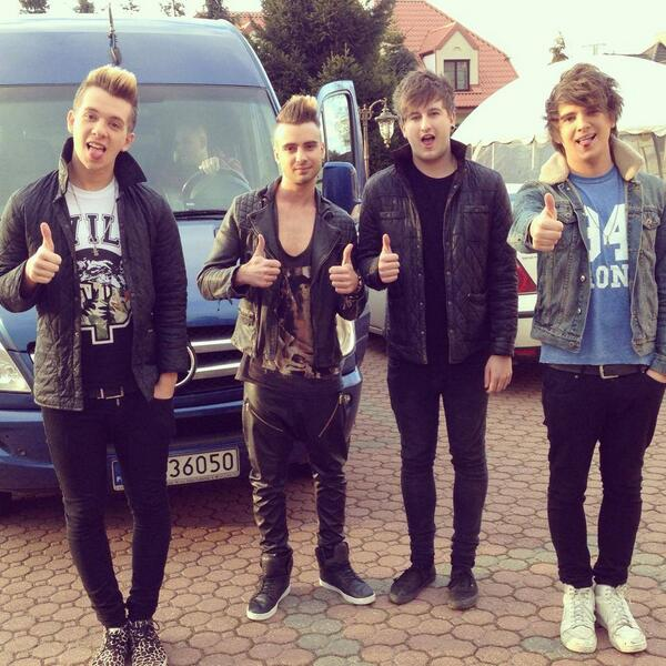 THANKS FOR HELPING US HIT 100K FOLLOWERS!! Lets celebrate, tweet #ROOM94FollowSpree and RT this tweet for a follow!! http://t.co/ttx2nQ1ntb