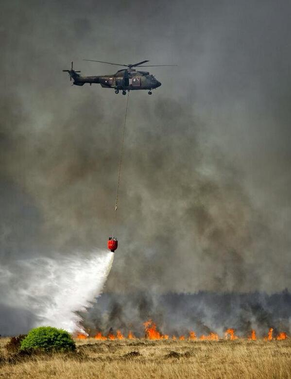 Er wordt nu hard gewerkt om een 2e heli #Cougar in te zetten voor blussen brand #hogeveluwe #Hoenderloo http://t.co/OvVJV7nOcG