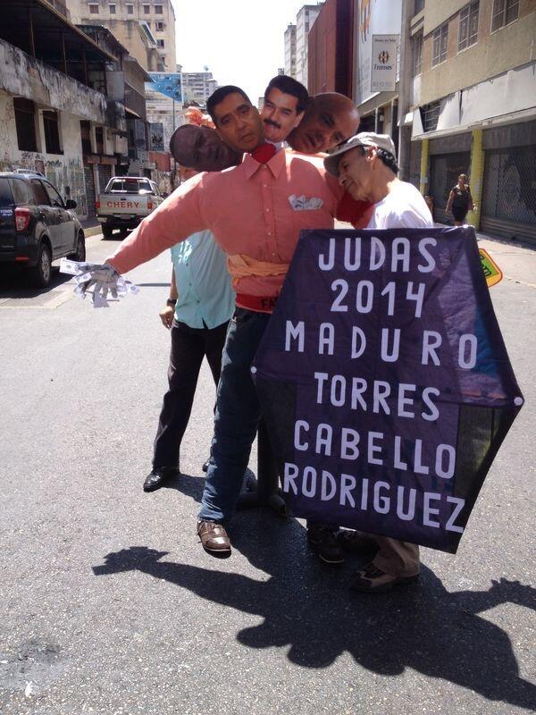 Vecinos con Judas de cuatro cabezas en La Candelaria - Vía @jennyoro1 http://t.co/aOm3TUzbF1