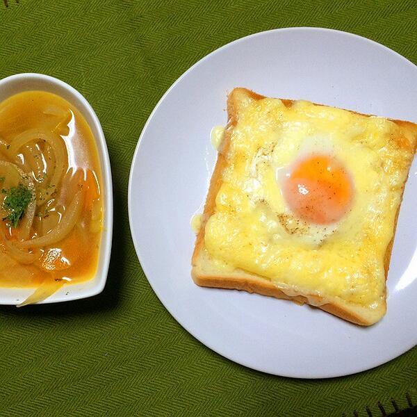 (・ω・) <ラピュタパンうまい。食パンにマヨネーズで土手を作ってその真ん中に生卵を落とし入れ塩コショウ。お好みで周りにとけるチーズ。オーブンで5分ほど焼いたら完成。ふぉ。 http://t.co/RMjvnCJ30i