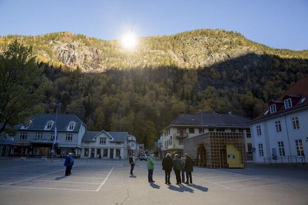 Giant mirrors have been positioned on top of a hill in Norway to shine light into the dark valley town of Rjukan. http://t.co/ga0dHw3yuD