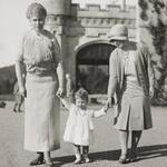 Three generations of Queens: 1-year old Elizabeth in 1927 with granny Queen Mary & mother (later Queen) Elizabeth. http://t.co/JJmzzFgbJW