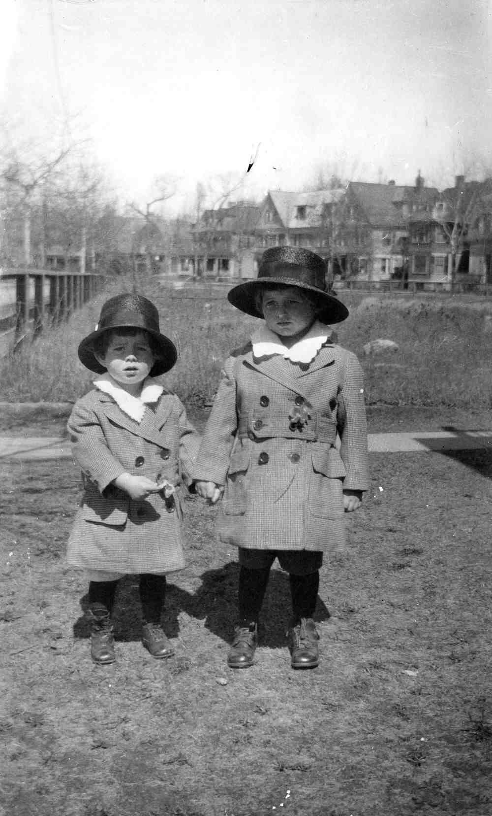 2 year-old John F. Kennedy and his brother Joseph P. Kennedy Jr. -Brookline, Massachusetts, ca. 1919 http://t.co/rbOdaeC9ti