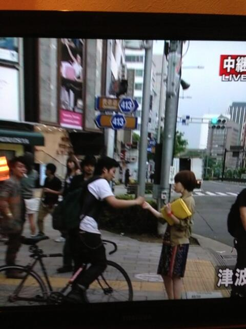 【放送事故】NHKで地震中継中、おねーちゃんが「地震なんかないよ!」て大声でカメラを指差して叫んでいて、中継の音声切られる http://t.co/biEn2tWDTL