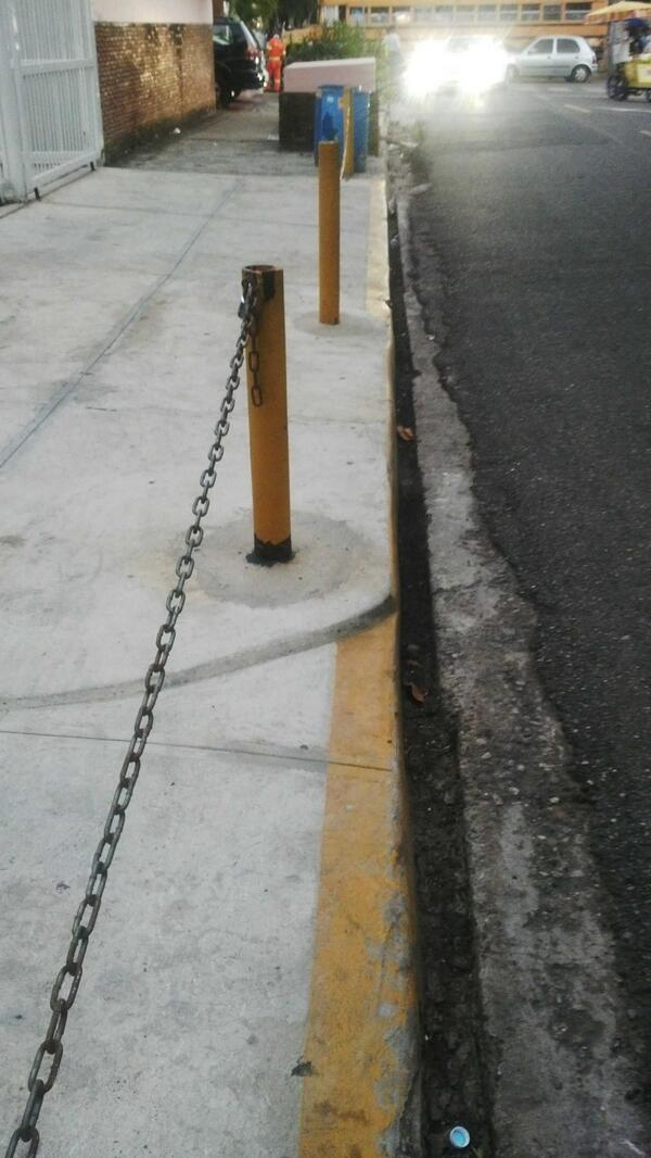 Esas cadenas son Ilegales las aceras son para los peatones @RDplus #AcerapaTi http://t.co/sVZ2I9wmpj