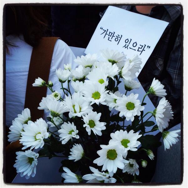 꽃 한송이에 너의 얼굴 하나... #가만히있으라 #세월호 #추모 #침묵행진 #sewol #silent #protest #march #prayforsouthkorea #seoul #chrysanthemum http://t.co/LaetptlSfF