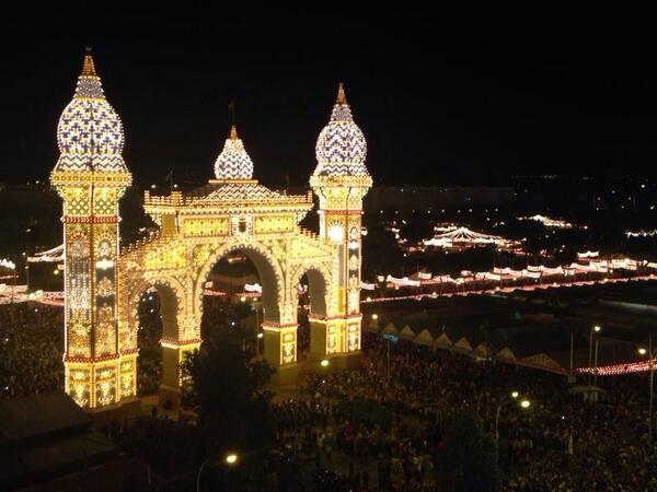 Se enciende la #FeriaSevilla14. La ciudad late en el Real. Feliz feria a todos. http://t.co/wzSzPs8b3i