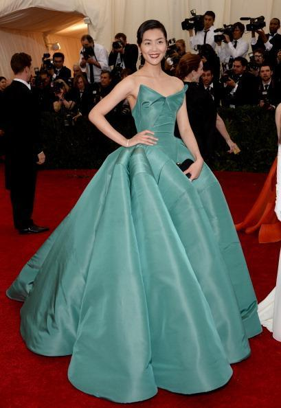 Now that is a true ball gown - #CharlesJames would be proud -  Model @LiuWenLW in @Zac_Posen teal gown #MetGala http://t.co/eSmZdhZ8RV