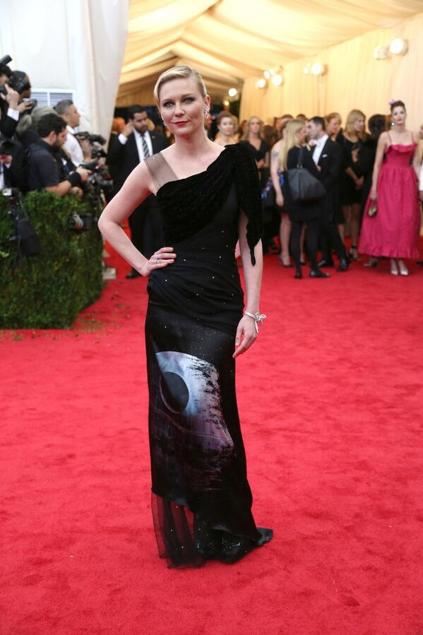 I adore @kirstendunst for wearing @OfficialRodarte #StarWars Death Star dress at #MetGala! http://t.co/Ou3FJhmFvc http://t.co/FVWq42xww2