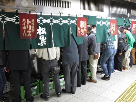 大阪駅前地下道の串カツ「松葉」は9月末で閉店の予定。区長時代、いつも忙しなく通り過ぎるだけだったので一度体験してみた。都市計画決定して34年間事業化が遅れていたが、市が容積率を割増す代わりに阪神阪急が工事費を負担して地下道を拡幅する。 http://t.co/WjkhHGuW12