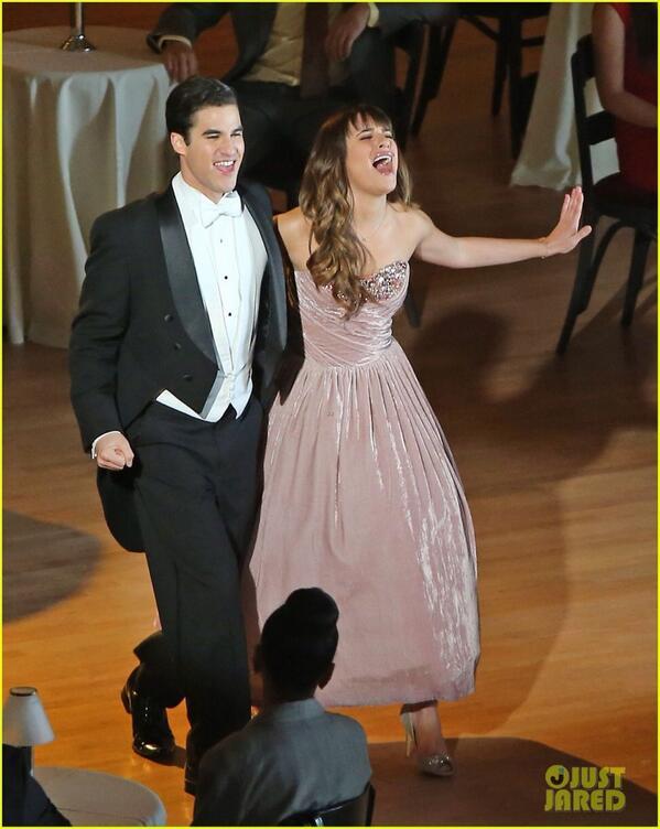 """Pas adegan nyanyi """"Broadway Baby"""" Rachel menggunakan Gaun karya  desainer Indonesia yaitu Sebastian Gunawan ;) http://t.co/MAJA9AHKVz"""