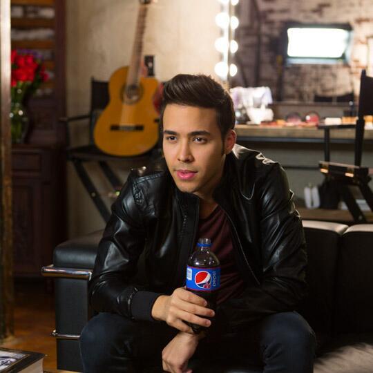Prepara tu Pepsi, Los @LatinBillboards van a empezar ya. Conéctate para ver la actuación de @PrinceRoyce #ViveHoy http://t.co/1lccykiCsF