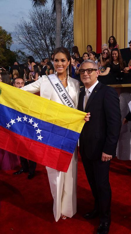 La bella Maria Gabriela Isler hace alarde de la bandera de su natal Venezuela en los #Billboards2014 ¡Orgullo Latino! http://t.co/Ip21sPQGCA