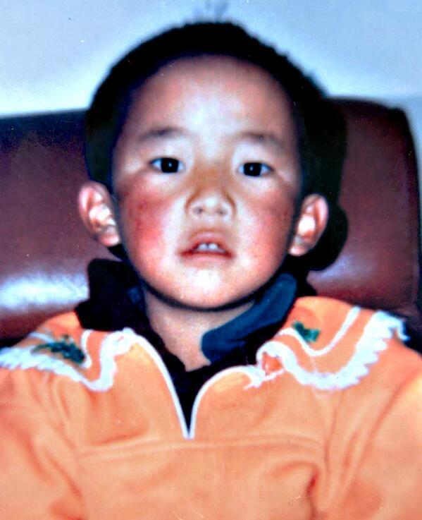 """唯色:今天是这孩子25岁的生日,却不能对他说一声""""生日快乐""""。因为他在年仅6岁时就被失踪了。他被称为""""全球最年幼的政治犯""""。他就是西藏至关重要的11世班禅喇嘛。整整19年,他就这么被公然地,从这个世界上消失了,而世界却一直都无可奈何! http://t.co/aFOEGPsgX2"""